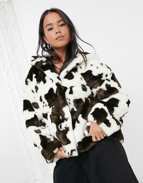Jakke daisy oversized faux fur cropped coat with hood in cow print-brown in brown