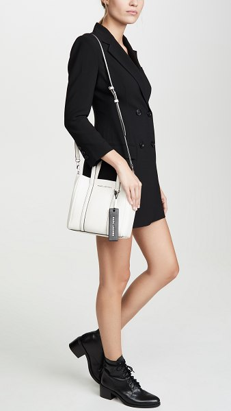The Marc Jacobs the tag tote 21 in porcelain