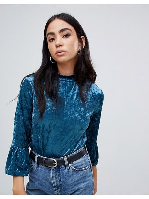 b.Young velvet blouse with ruffle sleeves