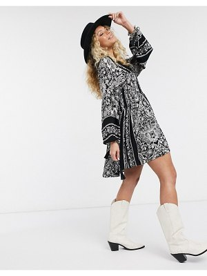 En Crème swing dress with drop waist and volume sleeves in paisley print-cream