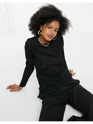 Noisy May velvet top with long sleeves in black houndstooth